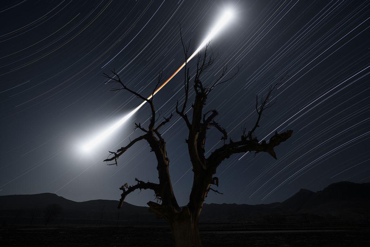 Uma longa exposição realça a mudança de cor e brilho da lua durante um eclipse lunar ...