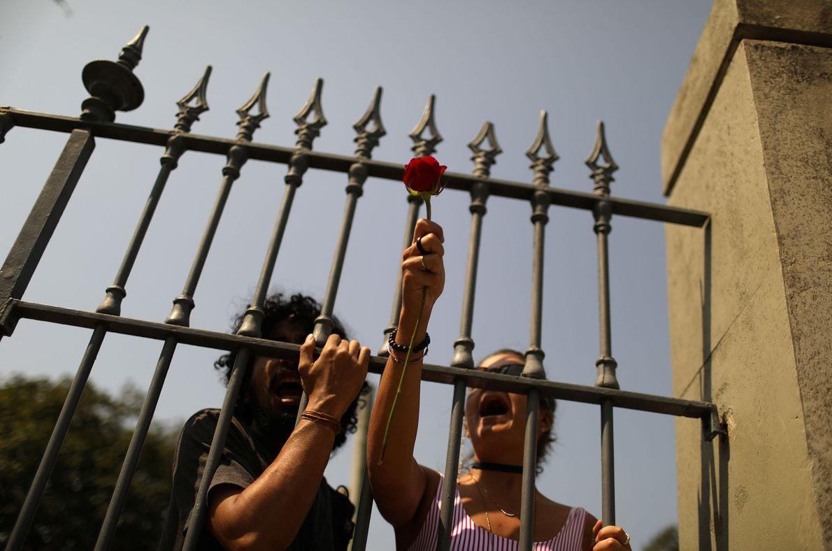 Manifestantes protestam na frente do Museu Nacional em 3 de setembro.