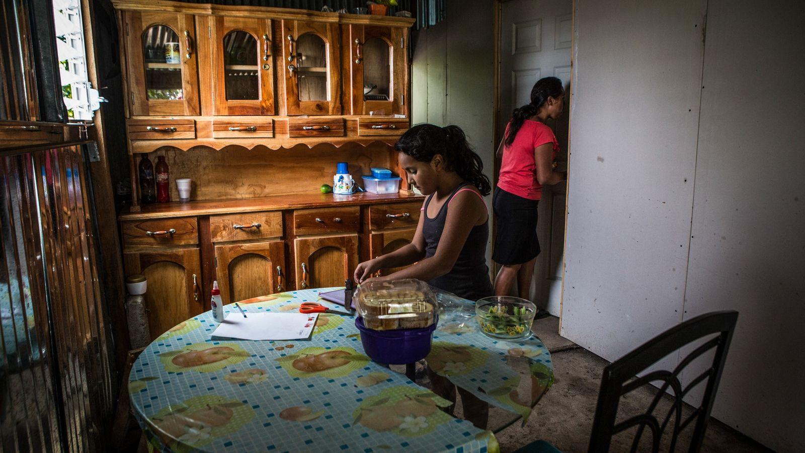 Priscilla Perez, 32, com sua sobrinha Aixa Ortiz, 9, almoça em sua casa em San Jerónimo ...