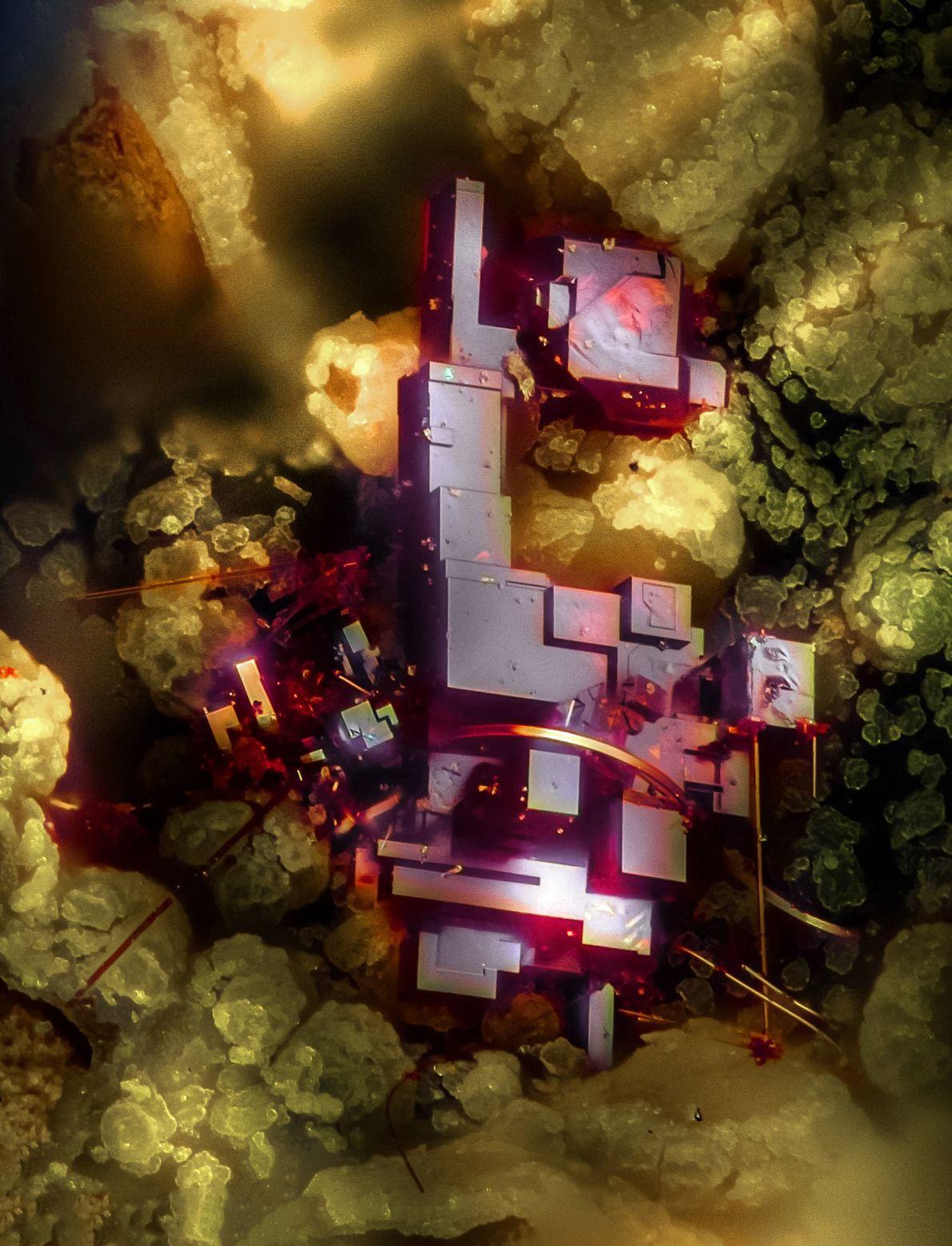 Este fascinante cristal vermelho, visto em uma imagem feita por Emilio Carabajal Márquez, é a cuprita, ...