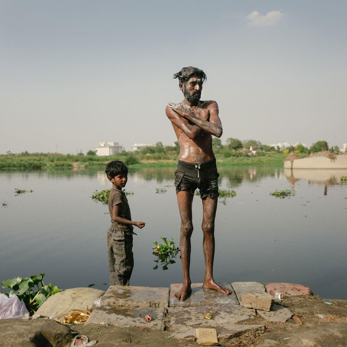banho em rio poluído indiano