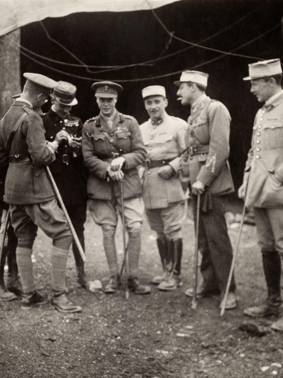 O Rei Eduardo VIII, o Príncipe de Gales na época, posa com pilotos militares das forças ...
