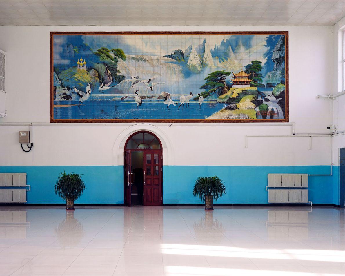 Grous-da-manchúria pintados em um mural na estação de trem de Fularji. A cidade é conhecida como ...