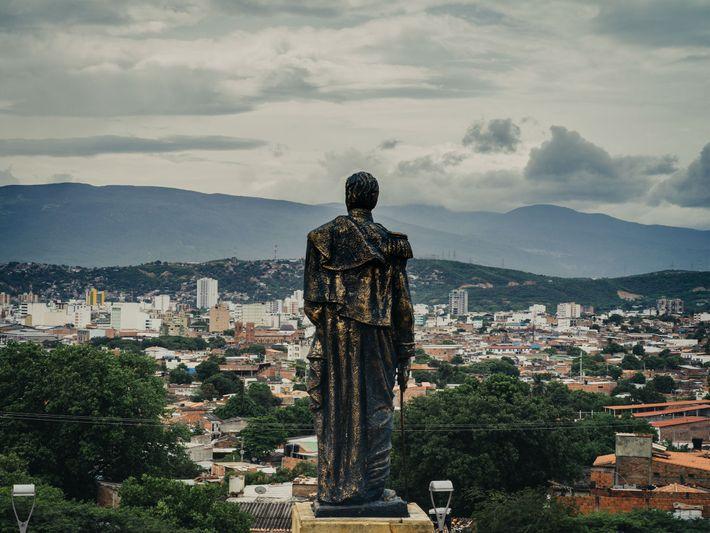 Uma estátua de Simón Bolívar fica no topo de uma colina com vista para a cidade ...
