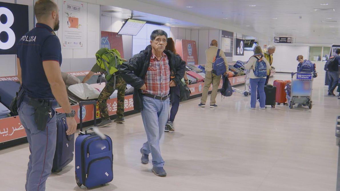 No Aeroporto Internacional Leonardo Da Vinci (Fiumicino), em Roma, um homem está perdido de sua família. ...