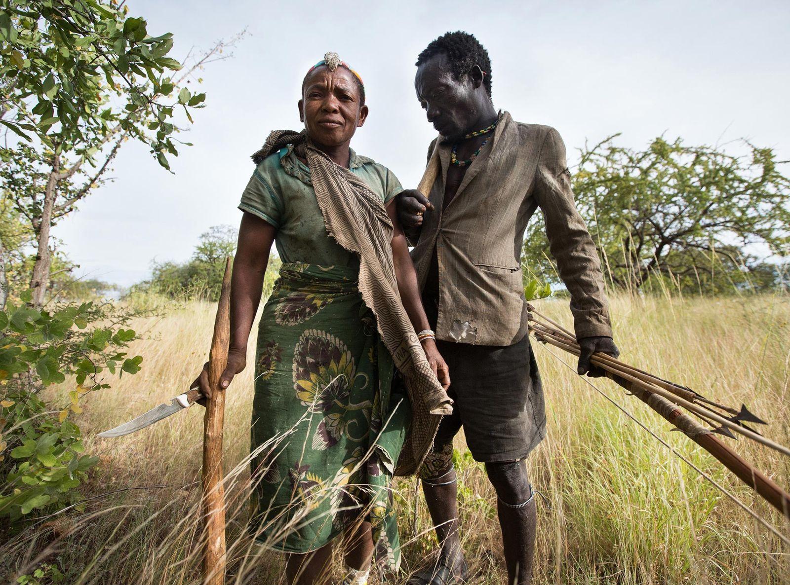 Wande e seu marido, Mokoa, saem para buscar comida juntos. Os Hazda, da Tanzânia, são os ...