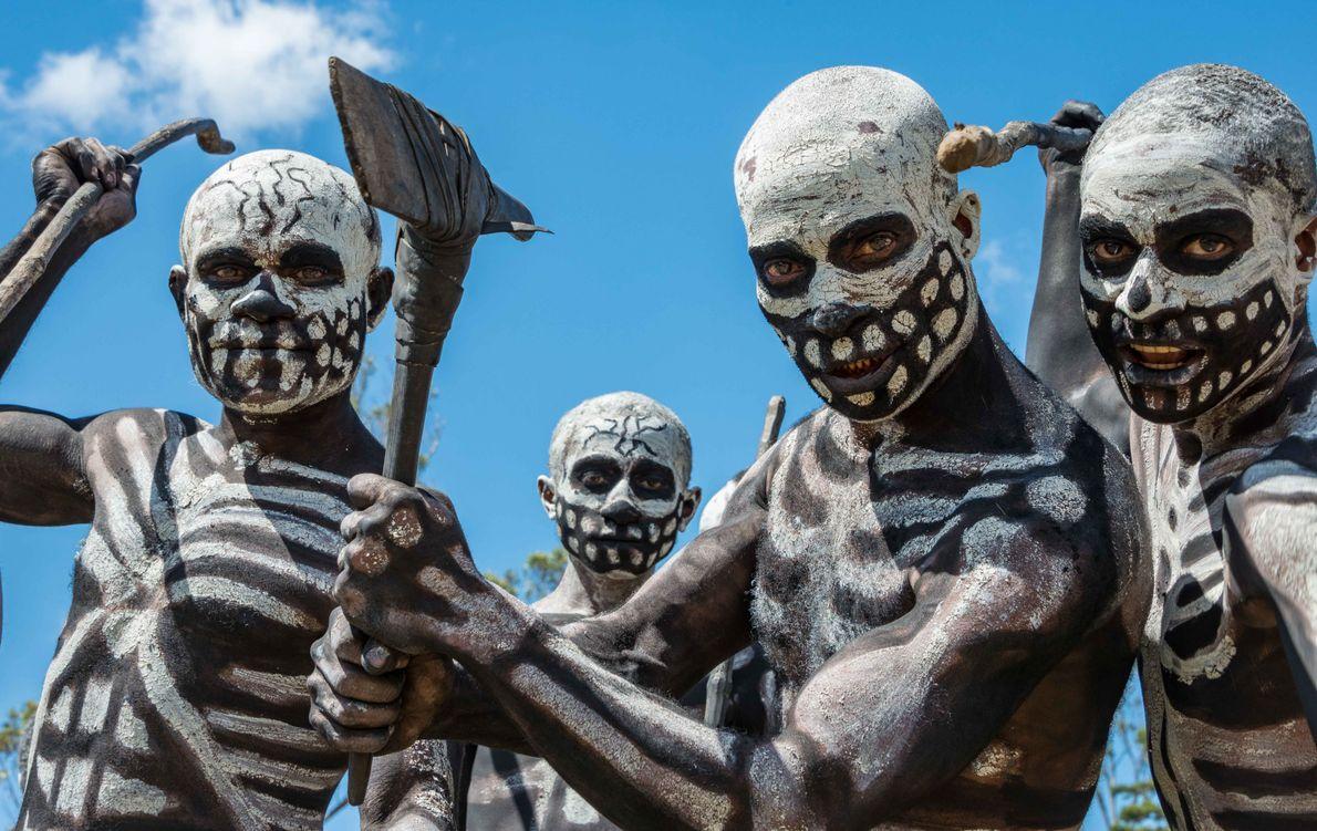 Dançarinos-esqueletos da tribo Chimbu se apresentam na Papua-Nova Guiné.
