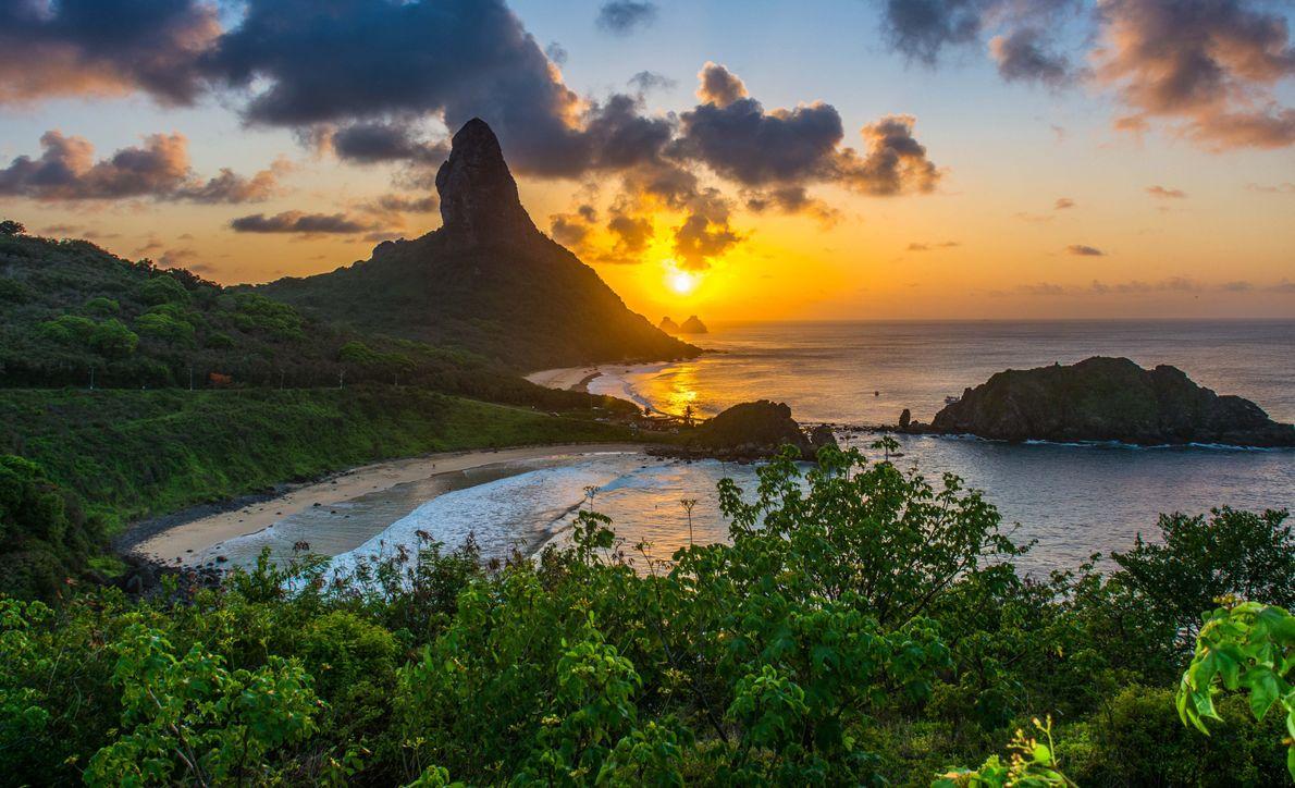 Pôr do sol visto do Forte dos Remédios em Fernando de Noronha, Pernambuco.