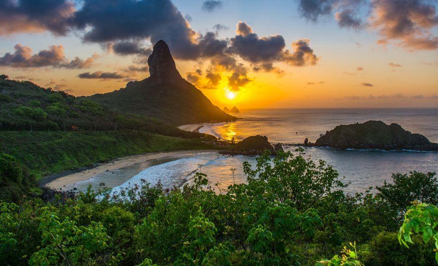 Ilhas Atlânticas Brasileiras: Fernando de Noronha e Atol das Rocas | Pôr-do-sol visto do Forte dos Remédios em Fernando de Noronha (PE). O lugar é uma das ilhas atlânticas brasileiras contempladas como Patrimônio Natural da Humanidade.