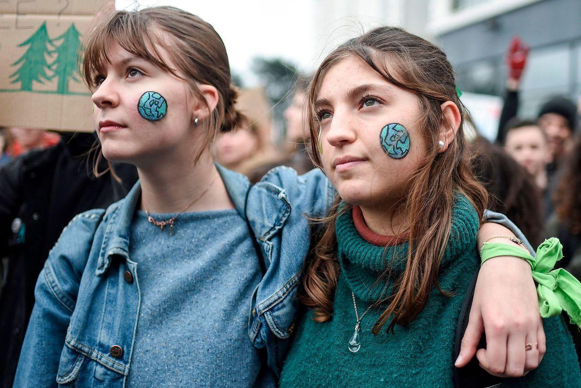 Em Nantes, França, alguns manifestantes pintaram o rosto com o desenho do planeta Terra durante a ...