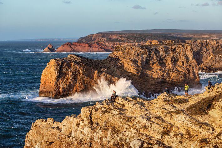 Turistas tomam sol em Cabo de São Vicente, em Sagres, o ponto mais ao sudoeste da ...