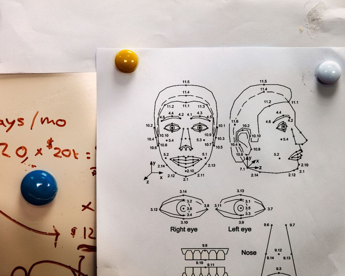 Diagramas como esses ajudam os engenheiros a criar as mais de 60 expressões faciais de Sophia, ...