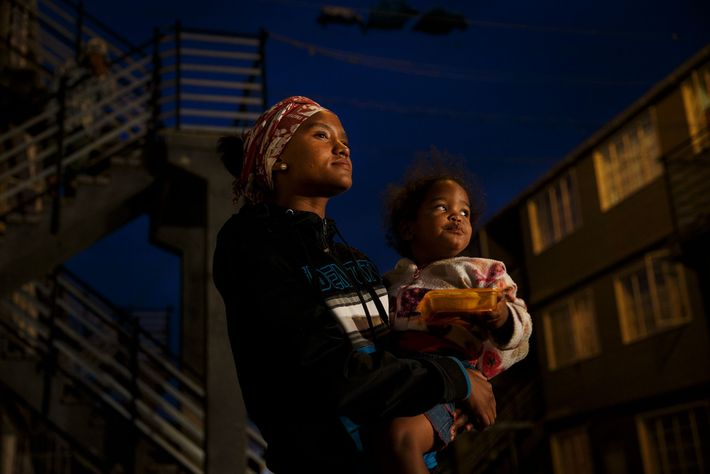 "Lauren-Lee (Lolla) Scheepers, 18 anos, ouve um pastor da ""City of Refuge Ministries"" aconselhando os fieis ..."