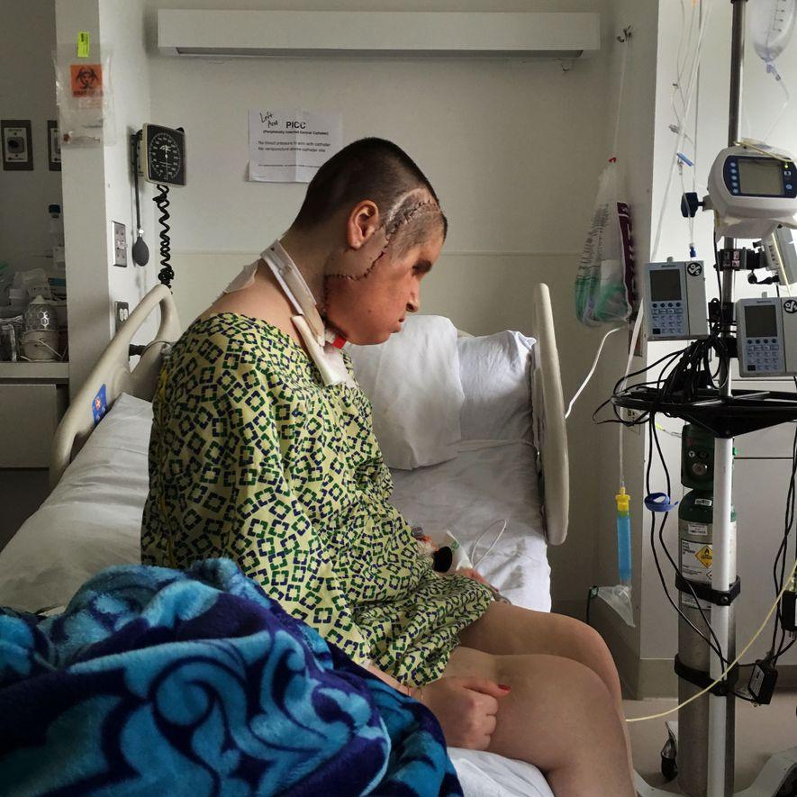 Katie reserva um momento para si mesma na sala, um acontecimento raro no hospital, já que ...