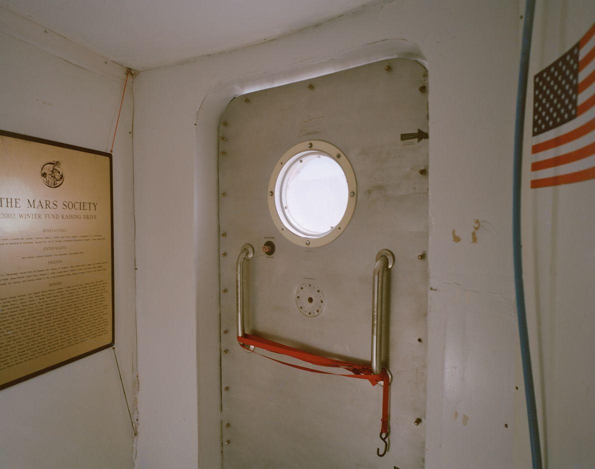 Uma câmara de vácuo dentro do habitat na Estação Desértica de Pesquisa de Marte.