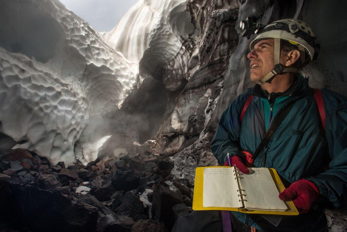 Scott Linn, topógrafo líder, esboça detalhes durante o primeiro levantamento da Caverna de Fenda. Desde então, ...
