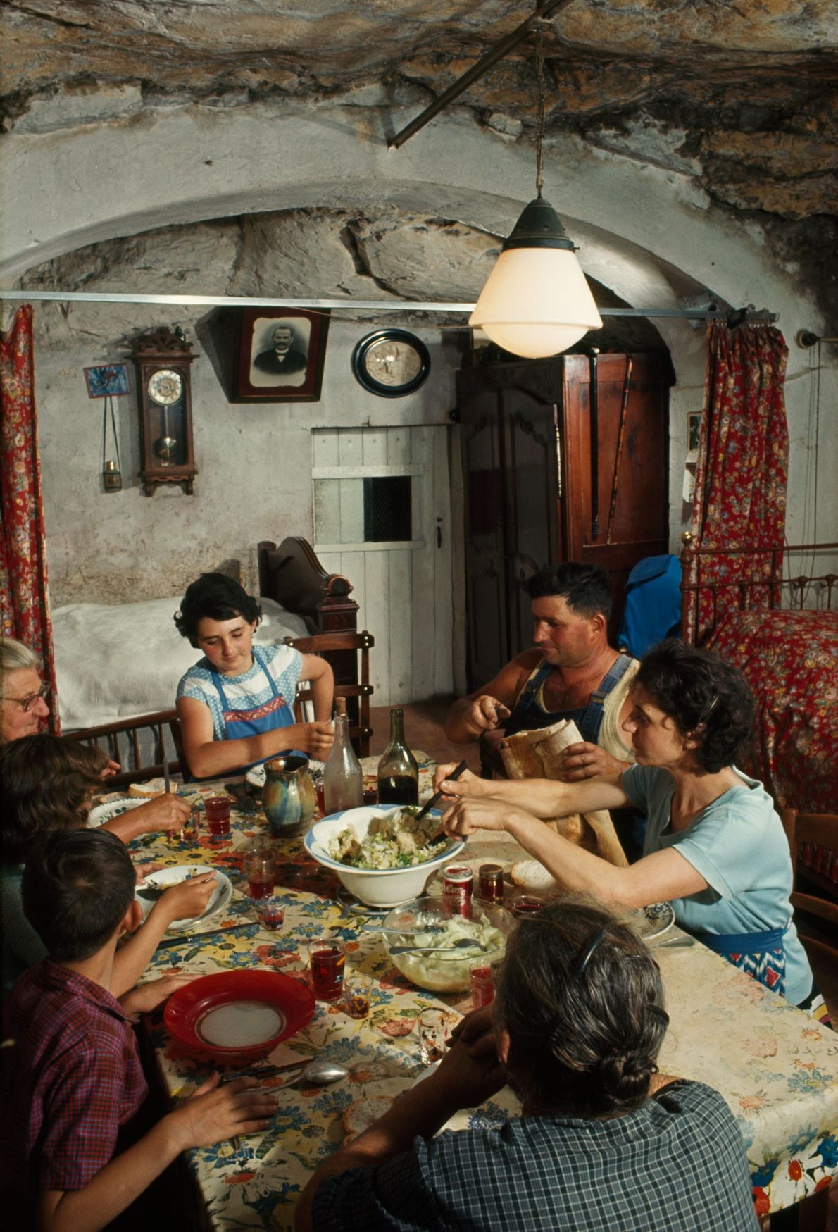 Uma família almoça em sua casa na caverna na região do Loire, na França.