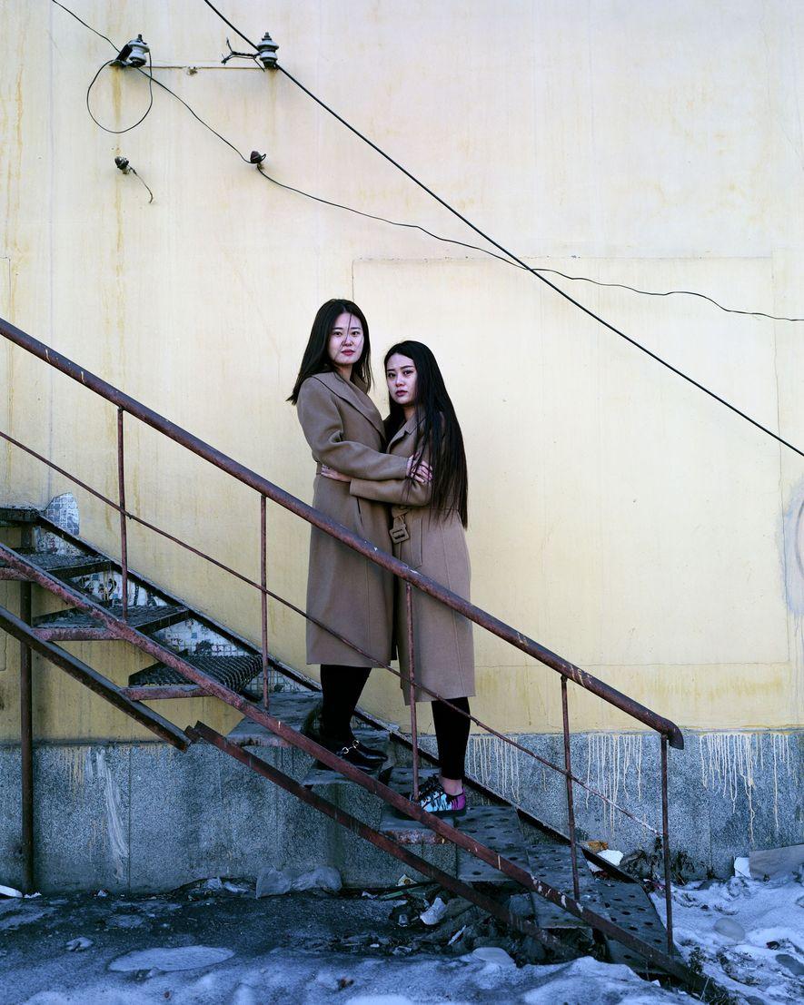 """As gêmeas Haun, de 22 anos, vendem roupas em Fularji, mas, às vezes, não conseguem nenhum dinheiro. """"Planejamos nos mudar para a província de Zhejiang"""", disseram."""