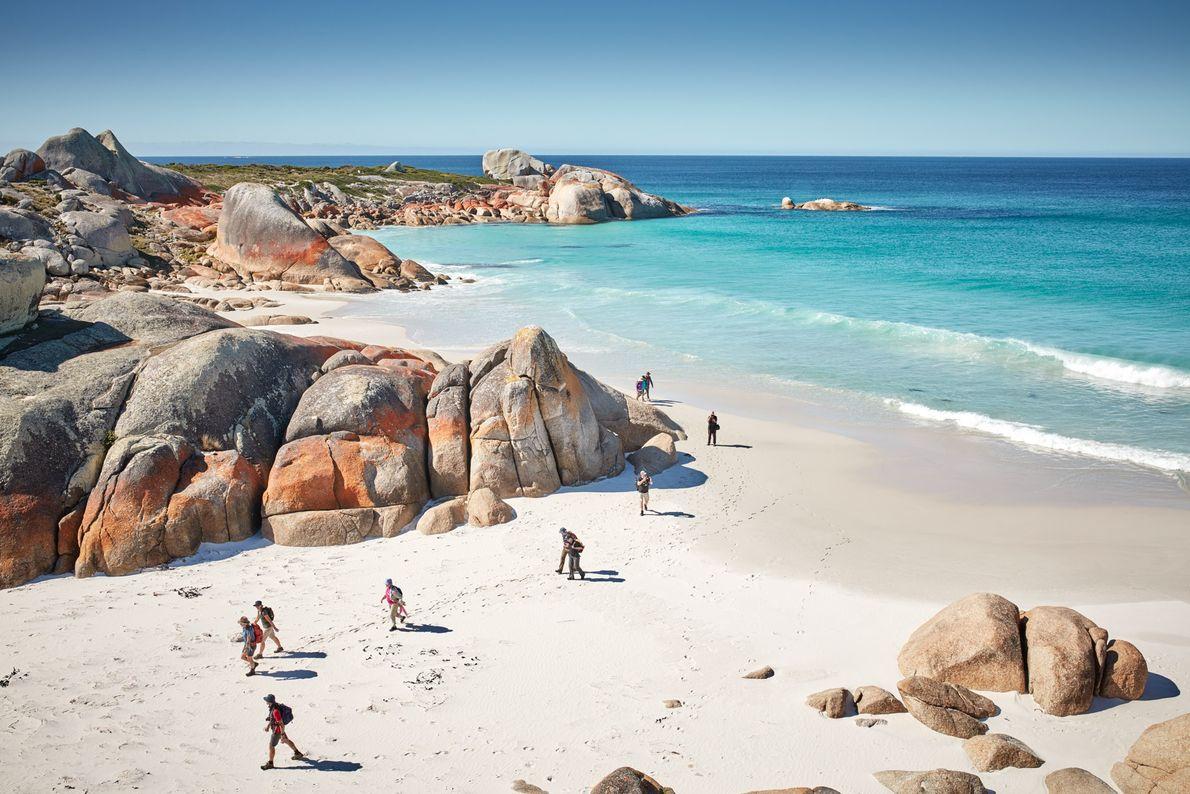 Tasmânia, Austrália A Bay of Fires (Baía dos Fogos), na costa nordeste da Tasmânia, recebeu esse nome ...