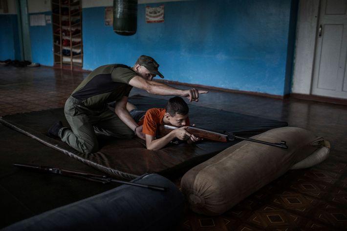 Denis, 13 anos, membro do clube patriota militar DND Mospino in Khartsyzsk, Donetsk, pratica tiro com ...
