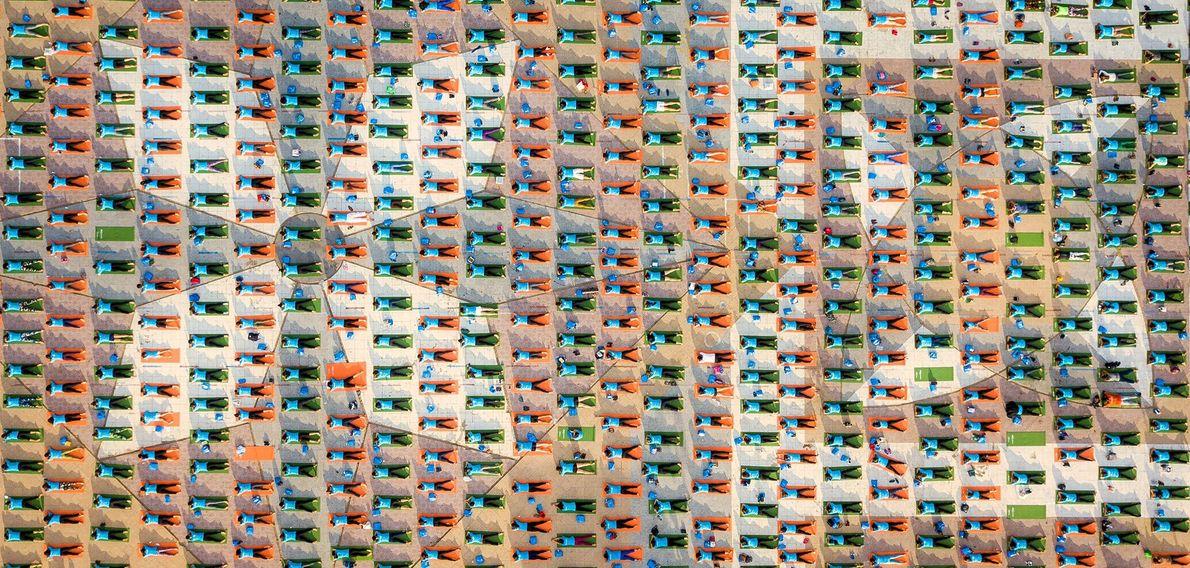 Praticantes de ioga modelam uma praça em Nha Trang, uma cidade costeira no sul do Vietnã.