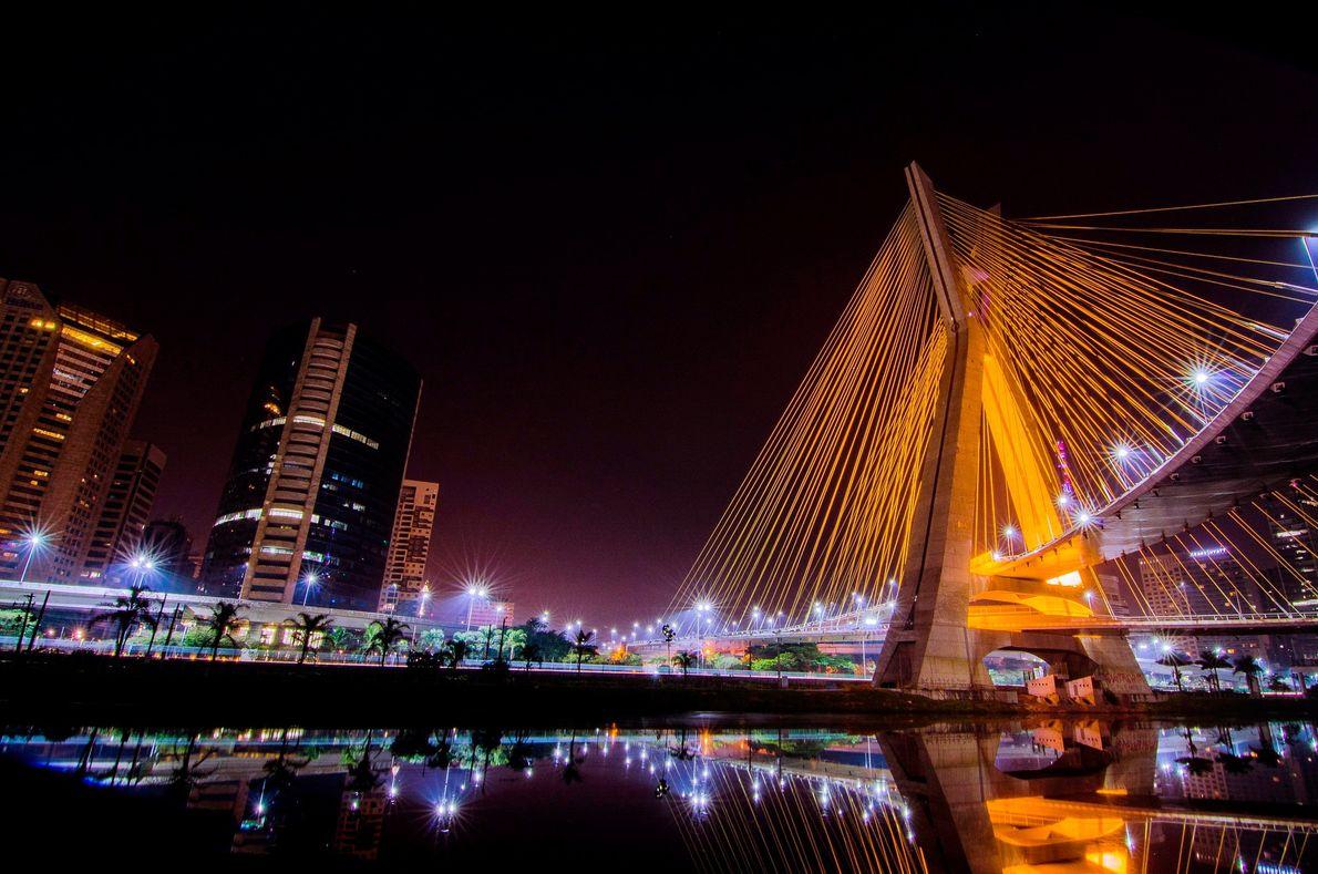 Ponte Estaiada (à direita) sobre a Marginal Pinheiros, em São Paulo (SP).
