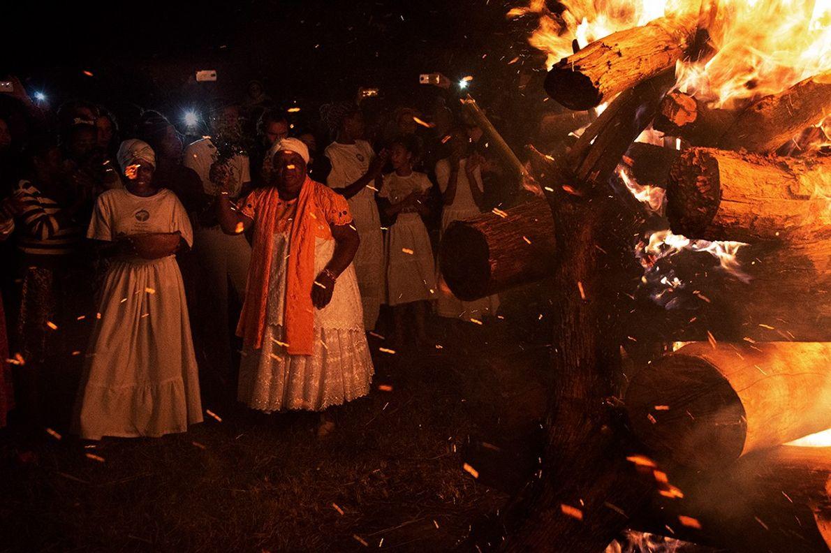 Benção da fogueira antes da roda de Jongo no quilombo São José da Serra, em Valença, ...