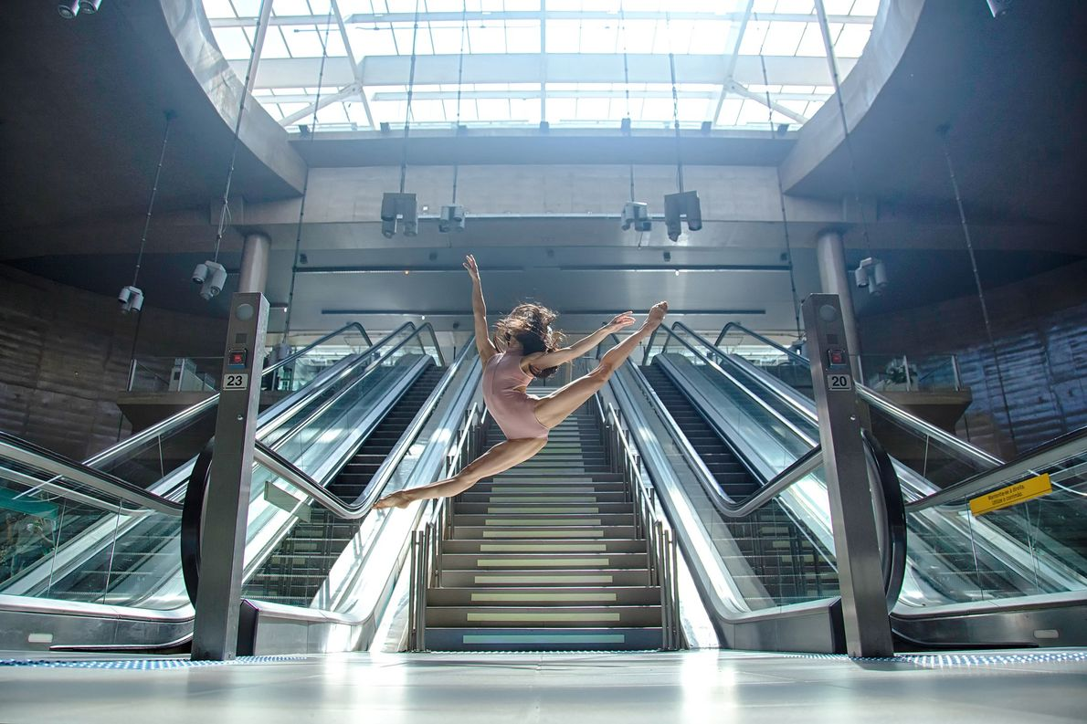 Bailarina Luiza Yuk na estação de metrô Vila Prudente, Zona Leste de São Paulo (SP).