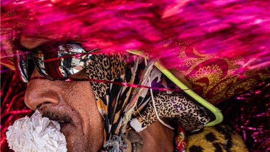 Caboclo de lança, personagem folclórico associado ao Maracatu Rural de Pernambuco, no carnaval das ruas de ...