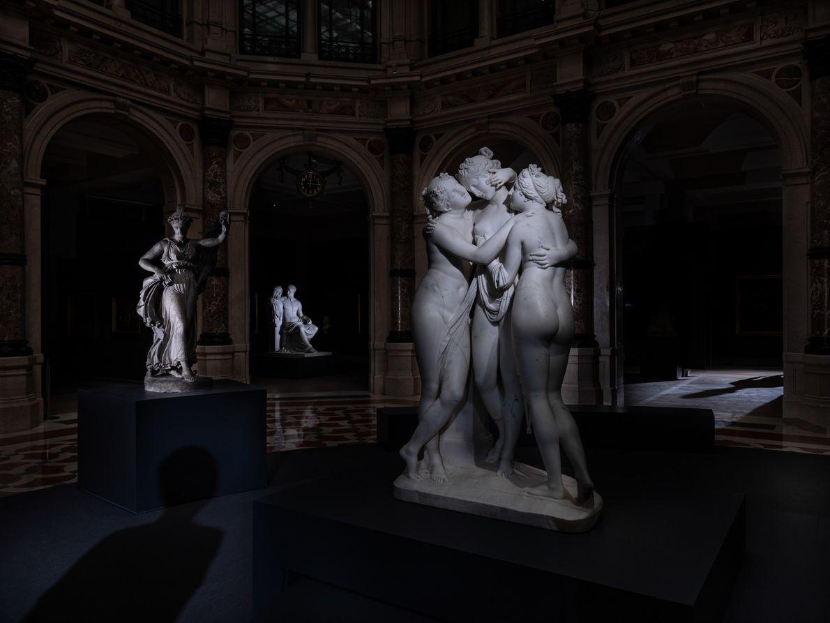 As Três Graças (1812-1817) de Antonio Canovas se abraçam em uma rotunda vazia na Galleria d'Italia ...
