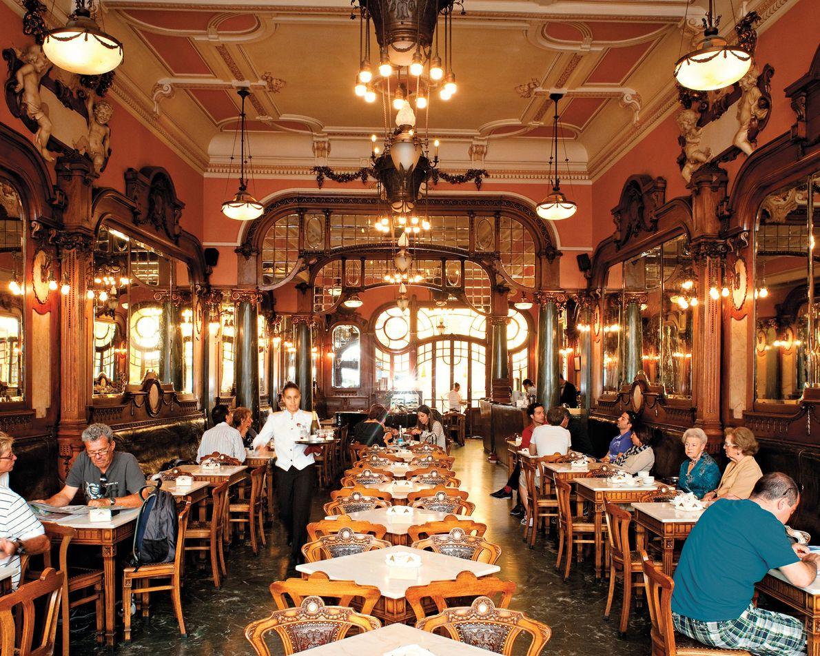 O Majestic Café no Porto serve glamour, café forte e pastéis de nata há quase cem ...