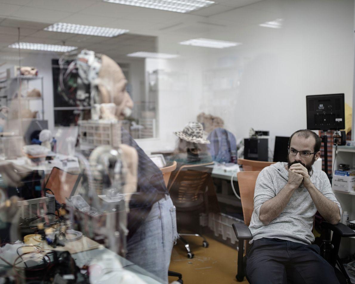 Hanson Robotics também criou um robô humanoide que lembra o famoso físico Albert Einstein, que foi ...