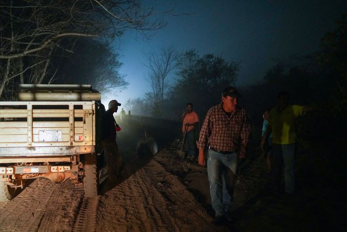 Voluntários da cidade vizinha de San Lorenzo se preparam para combater novos incêndios que se aproximaram ...