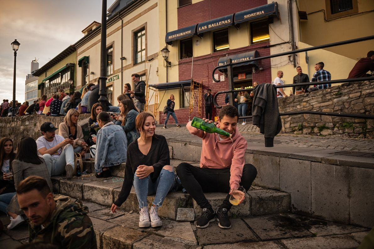 Astúrias, Espanha Na Espanha, os moradores se reúnem em torno do antigo porto de Gijón, onde a ...