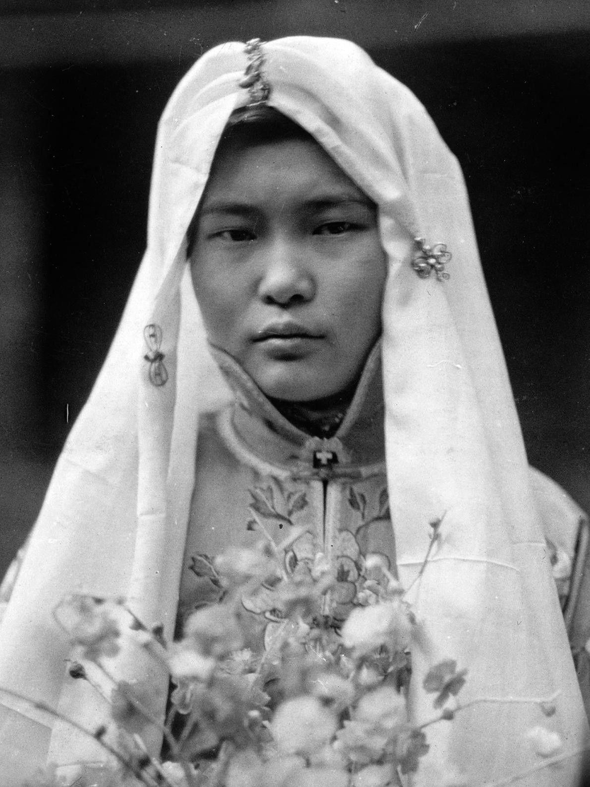 Noiva chinesa com buquê de flores. China, 1919.