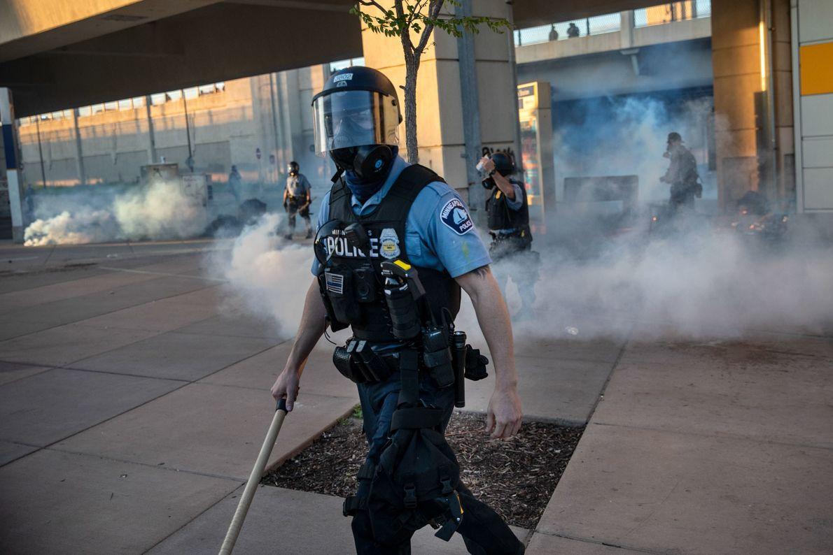 Na sexta-feira, um policial de Minneapolis dispersou as pessoas depois que balas de borracha e gás ...