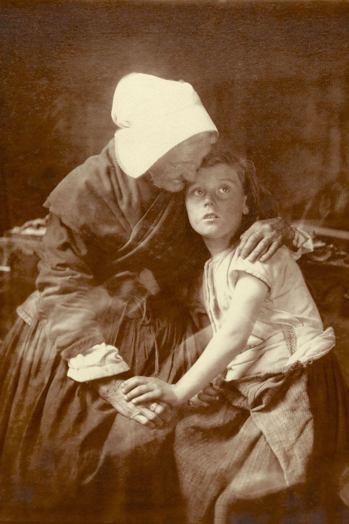 Uma avó flamenga na Bélgica abraça uma criança.