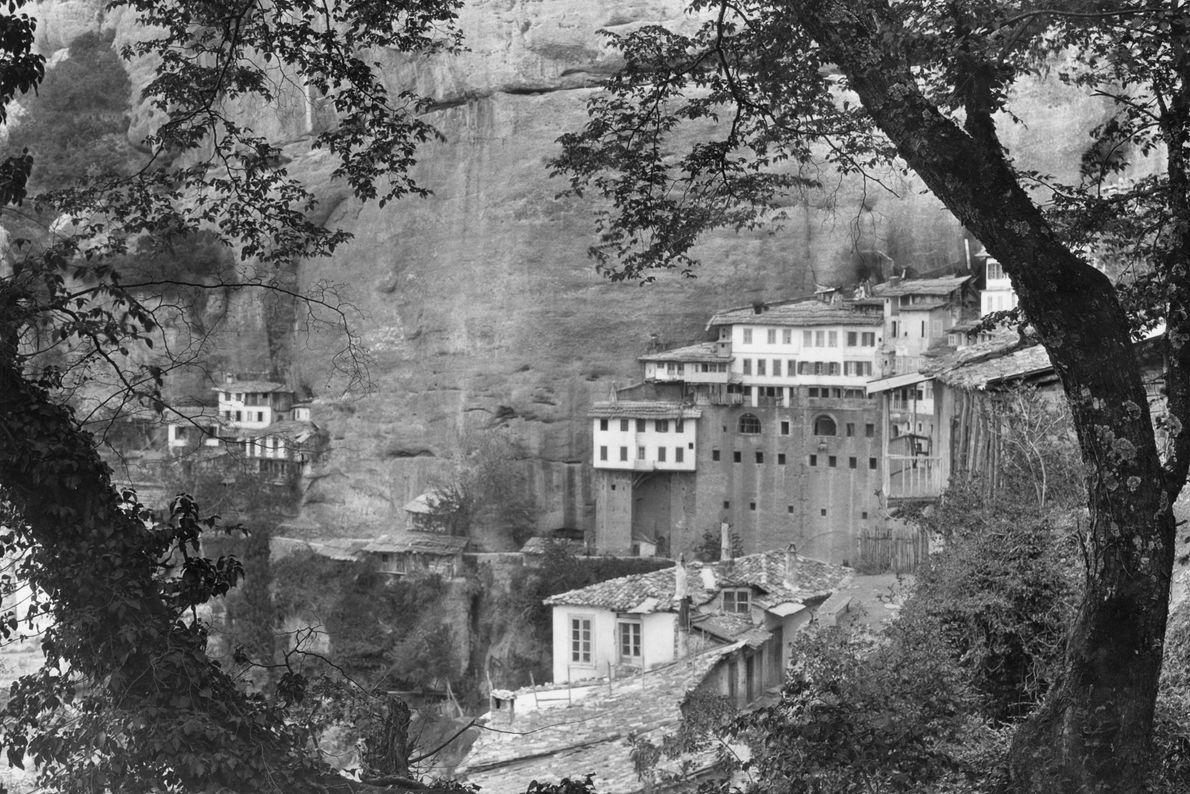 O monastério de Mega Spileo, um dos mais antigos da Grécia, foi construído no local de ...