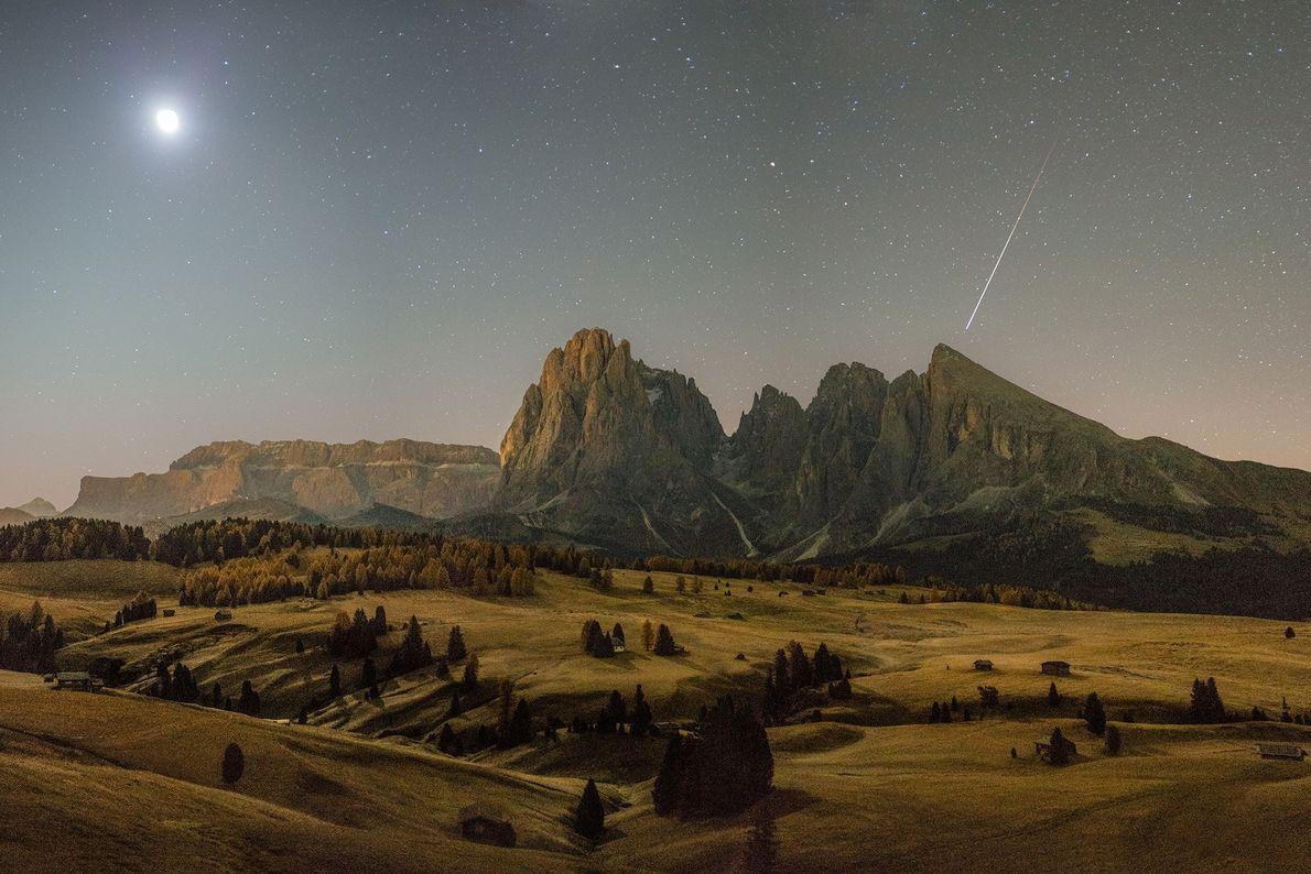 Um meteoro passa sobre as Dolomitas em Tirol do Sul, Itália, em uma manhã de outono. ...