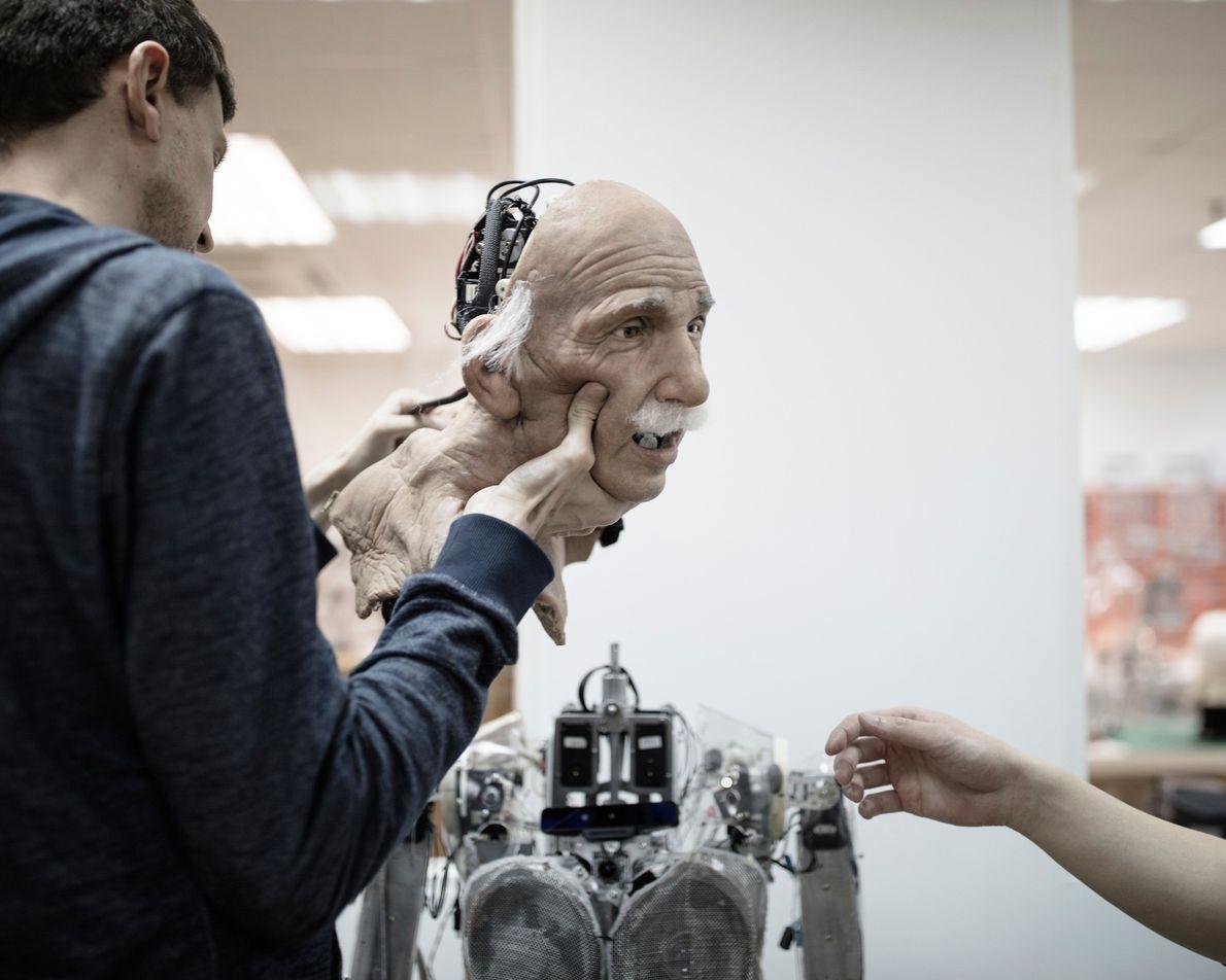 O expressivo e realista robô Einstein foi um protótipo para Sophia.