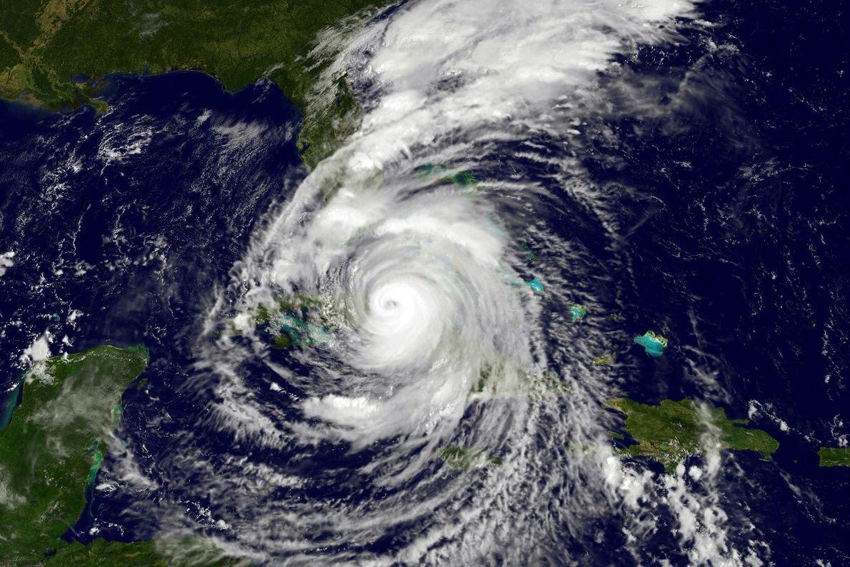O furacão Irma se desloca sobre Cuba e em direção à costa da Flórida, como mostra ...