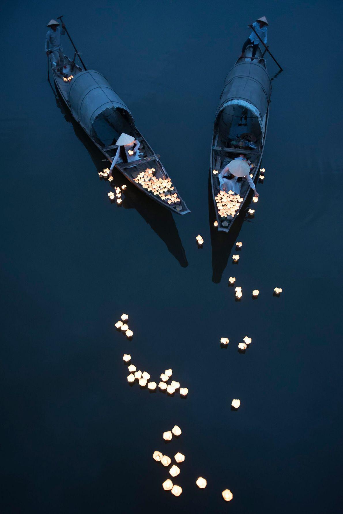 Durante as férias, as flores flutuam pelo rio Perfume, na cidade vietnamita central de Hue.