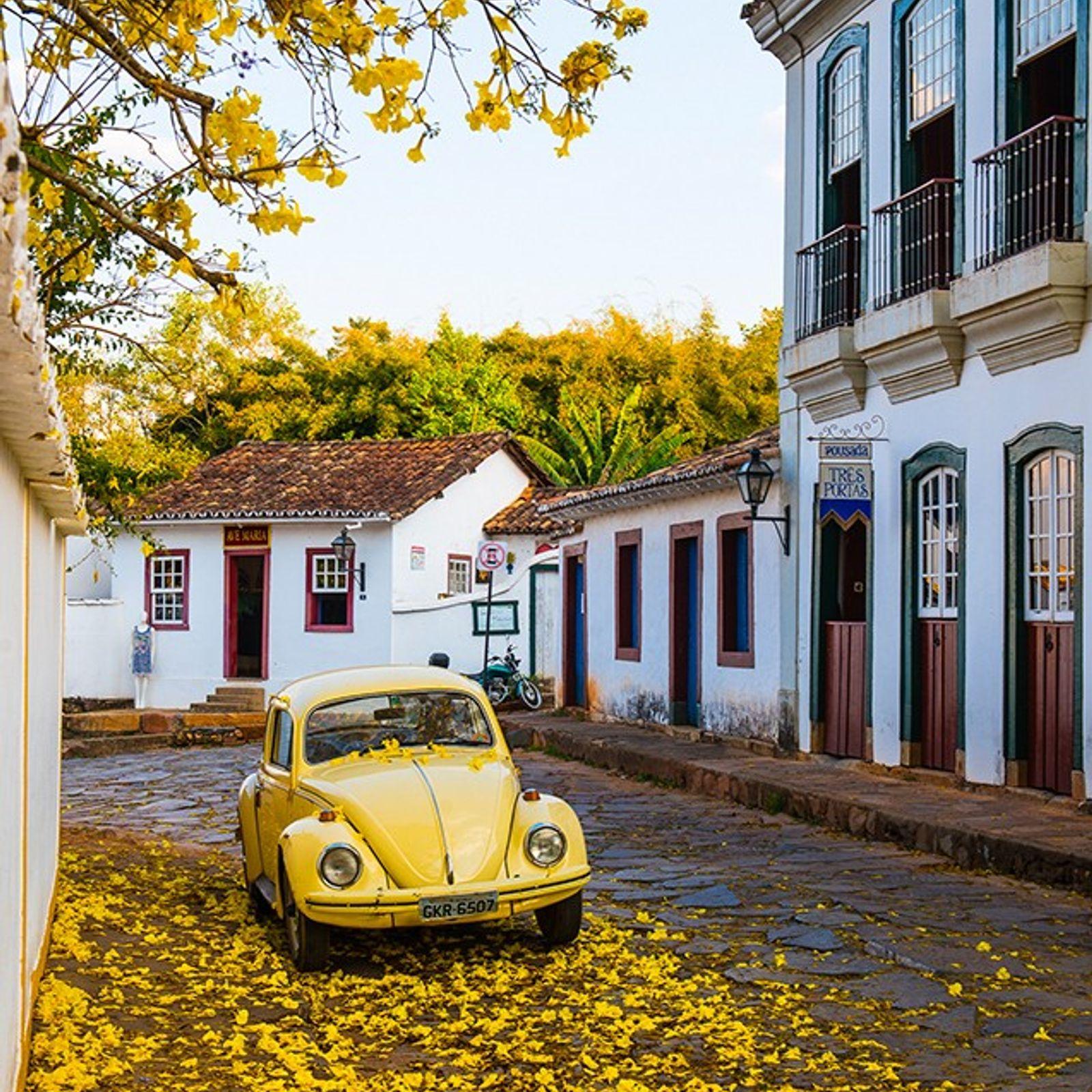 Ipê e fusca amarelos em Tiradentes, Minas Gerais