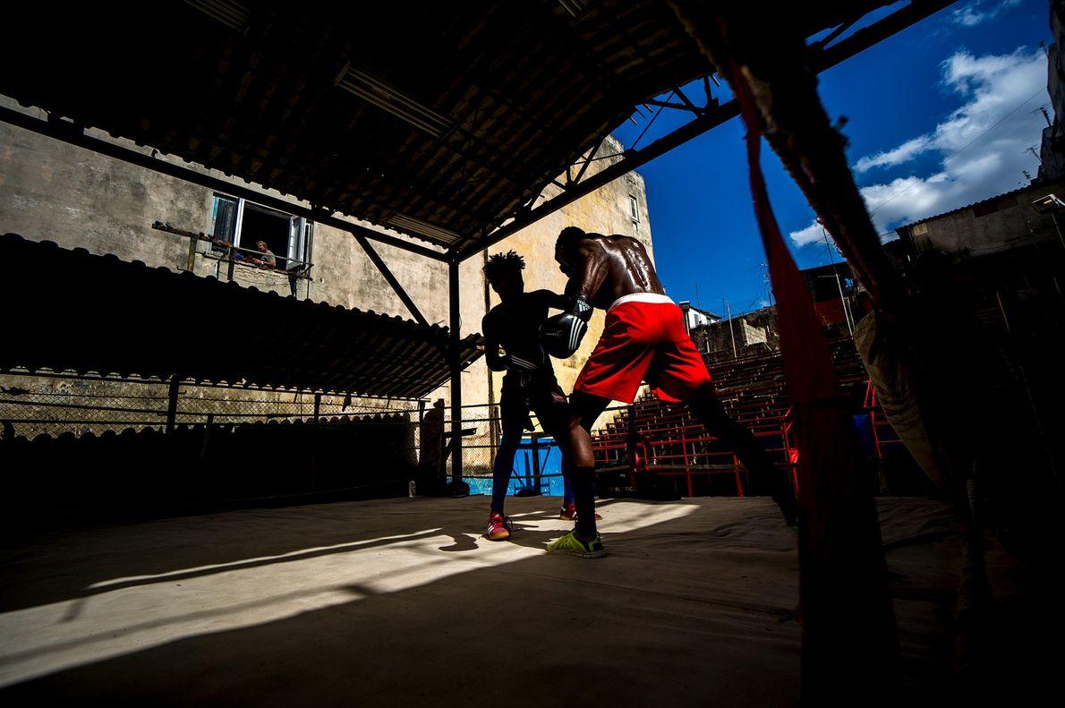 Foto de 2 homens lutando boxe em Cuba