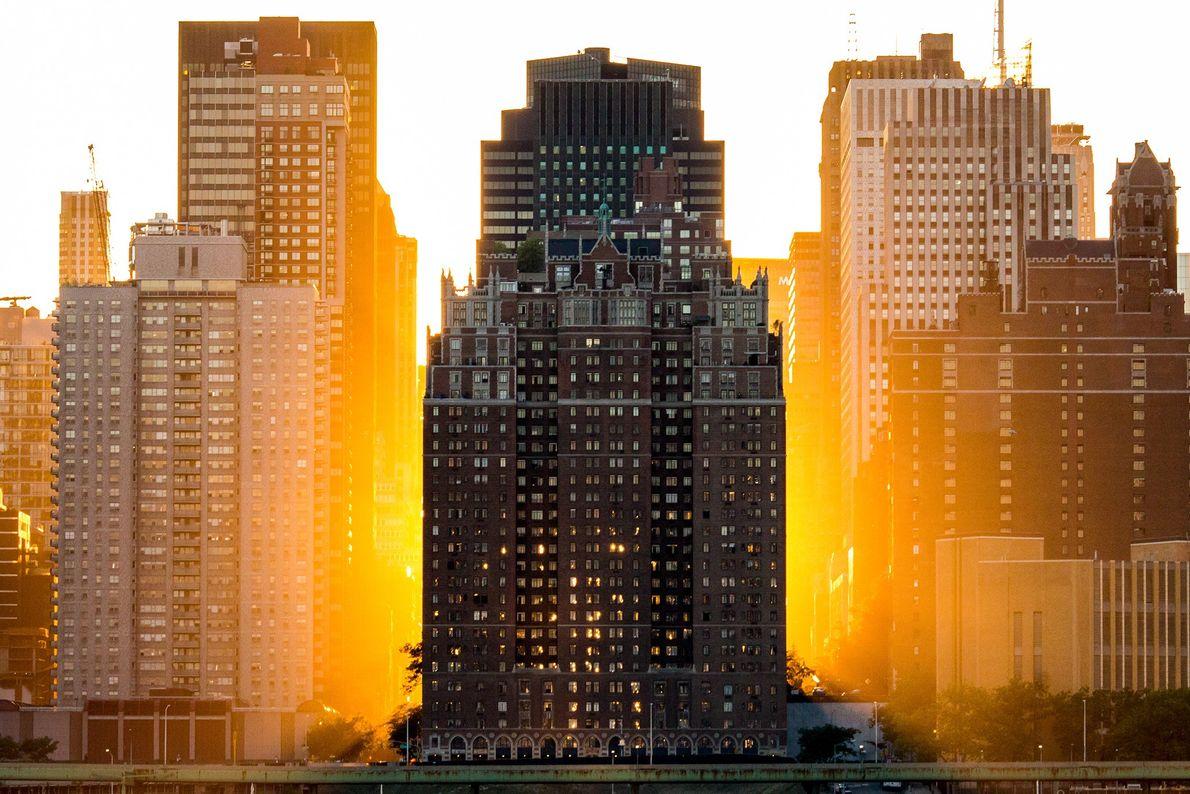 Foto do pôr do sol atrás de prédios