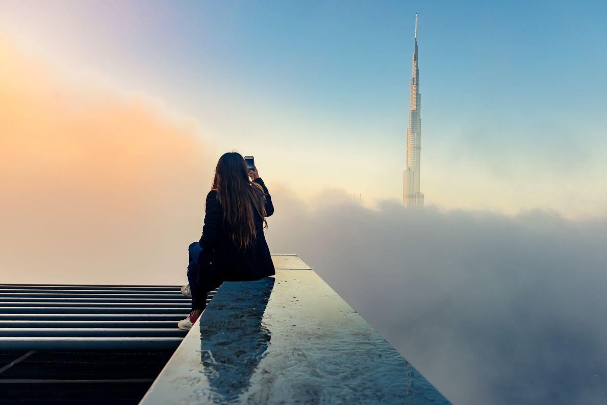 Foto do edifício Burj Khalifa se erguendo sobre as nuvens em Dubai
