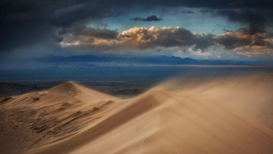 Foto do vento soprando areia de duna no Cazaquistão