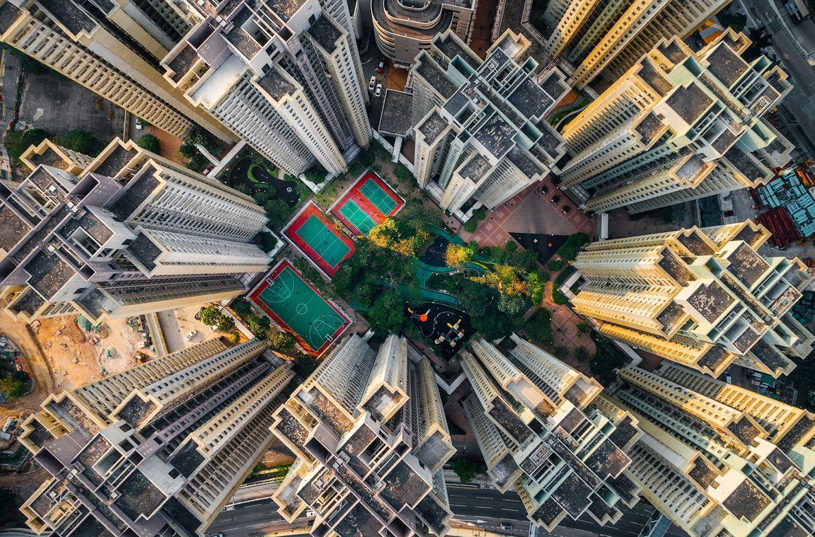 Foto de apartamentos em volta de um pequeno parque em Hong Kong