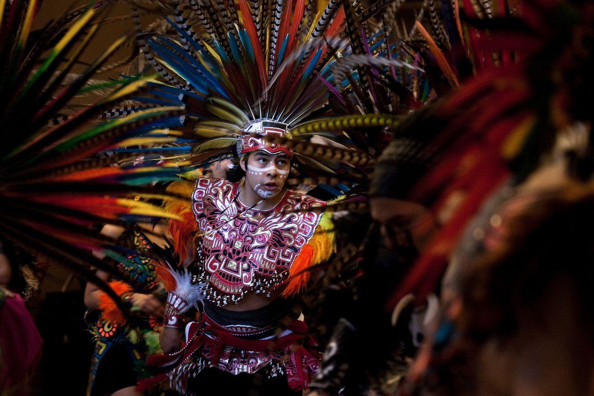 Foto de homem com vestimenta Asteca tradicional em Seattle