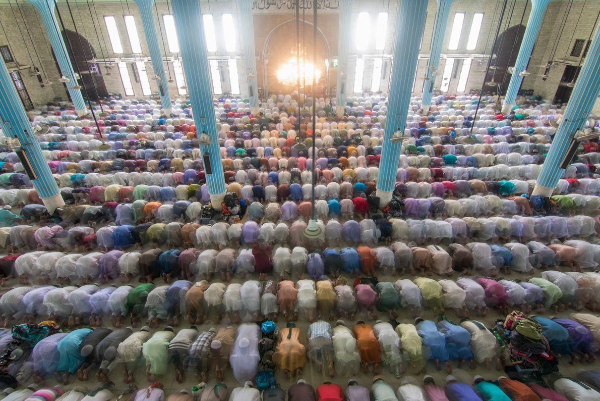Foto de muçulmanos rezando em mesquita